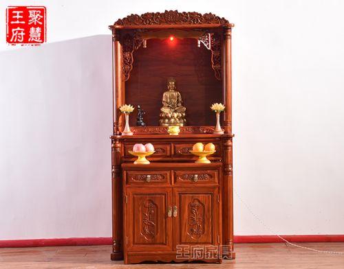 供三个佛像的神台