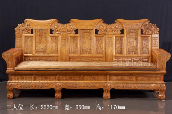 北京中式实木沙发批发,此款榆木沙发绿色环保,采用北京首邦绿色环保漆,是家庭、豪宅、会所的首选家具产品,产品造型简单优美大气,带给家人一个安全的环境,带给自己一份放心选择!挂板有着精美的镂空雕刻造型,用心造型设计,整体结构韵美坚固,具有很高的艺术风格,北京中式实木沙发批发免费咨询热线:400-8345-900