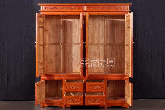 北京榆木家具厂家衣柜价格,采用北京首邦绿色环保漆,带给家人一个安全的环境,带给自己一份放心选择!用心造型设计,整体结构大气坚固,具有很高的艺术风格,整体造型简单优美大气,板面有着精美的雕刻造型,此款榆木衣柜健康环保,是家庭、豪宅、会所的首选绿色产品,北京仿古衣柜定制厂家免费热线:400-8345-900