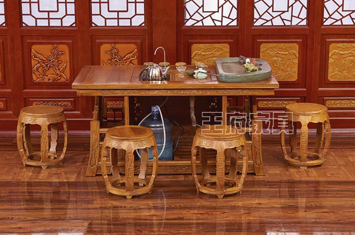 此款榆木茶桌绿色环保,采用北京首邦绿色环保漆,是家庭、办公、会所的首选家具产品,香河实木茶桌茶台批发产品,中式风格凸显独特魅力,多宝阁造型大气经典,独显文化韵味,造型精美典雅,带给家人一个安全的环境,带给自己一份放心选择,香河实木茶桌茶台批发免费咨询热线:400-8345-900